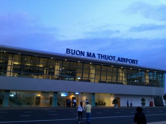 Cảng hàng không Buôn Mê Thuột cách trung tâm thành phố khoảng 15km