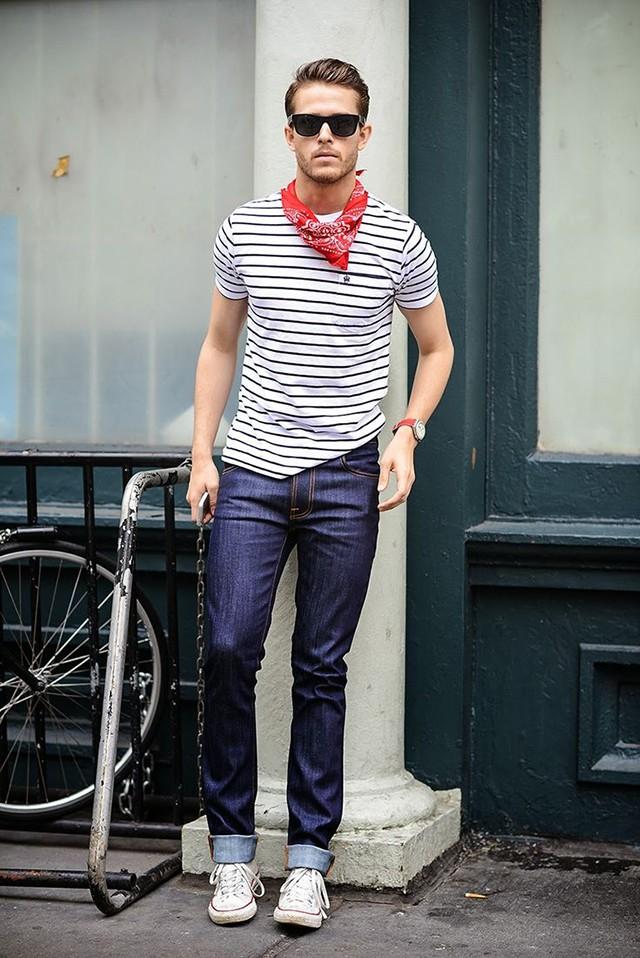 Converse cổ cao mix cùng quần jeans.
