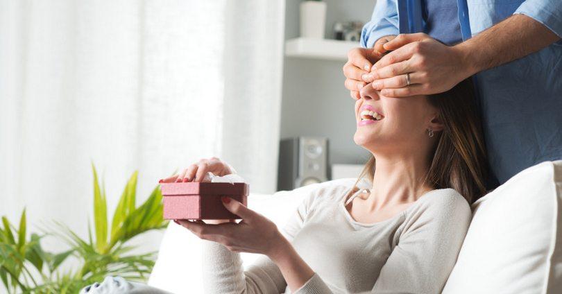 Sinh nhật bạn gái nên tặng gì? 9 gợi ý quà tặng cho chàng