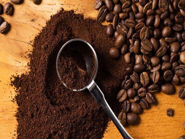 Sử dụng bã trà hoặc bã cà phê khử mùi hôi giày