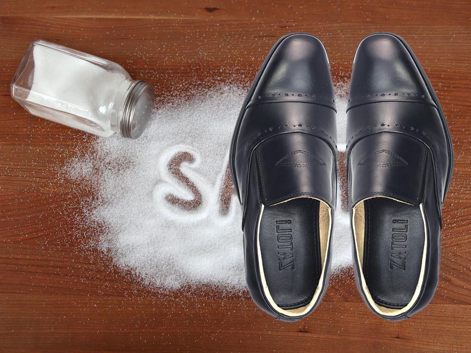 Bột baking soda HOẶC phấn rôm trẻ em HOẶC muối giúp khử mùi hôi giày