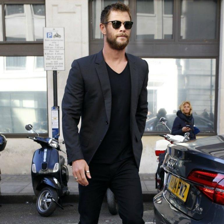 Kết hợp áo vest đen nam với quần jeans
