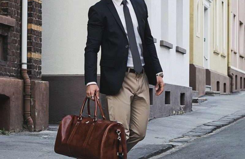 Kết hợp vest đen với quần khaki