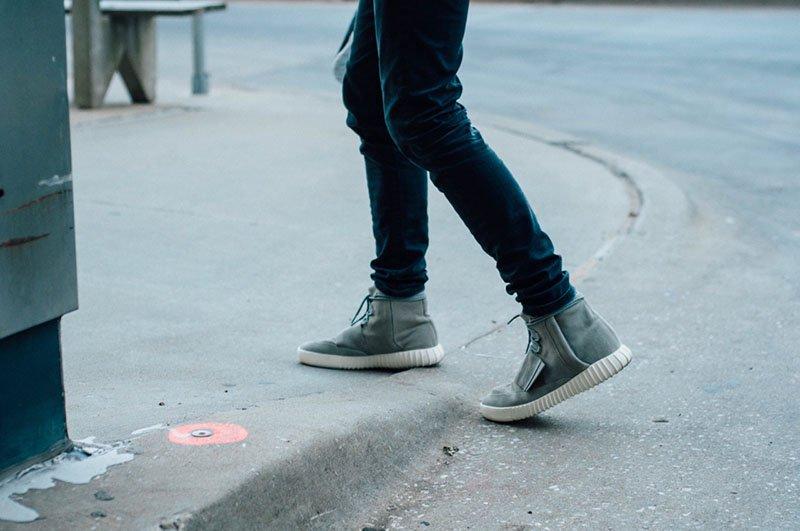 Phối vest nam với giày thể thao
