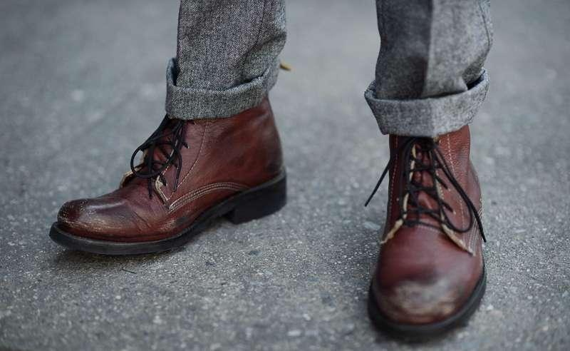 Mặc quần tây nam màu xám nên mang giày màu gì
