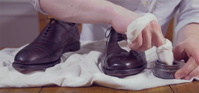 Cách đánh giày: 1 phút cho đôi giày thân yêu sáng bóng trở lại