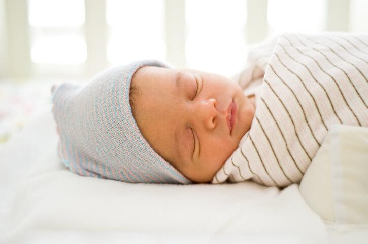 Cách mặc quần áo cho trẻ sơ sinh vào mùa đông và mùa hè