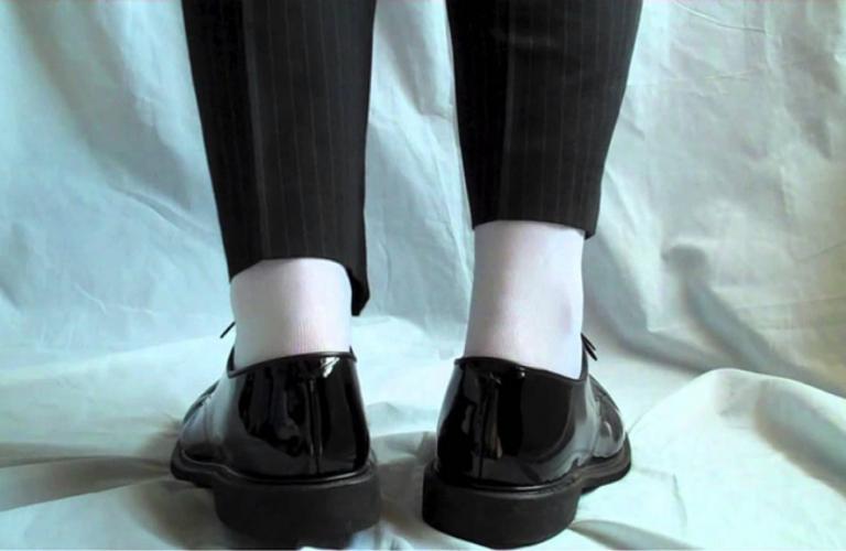 Không đi tất trắng cùng giày đen
