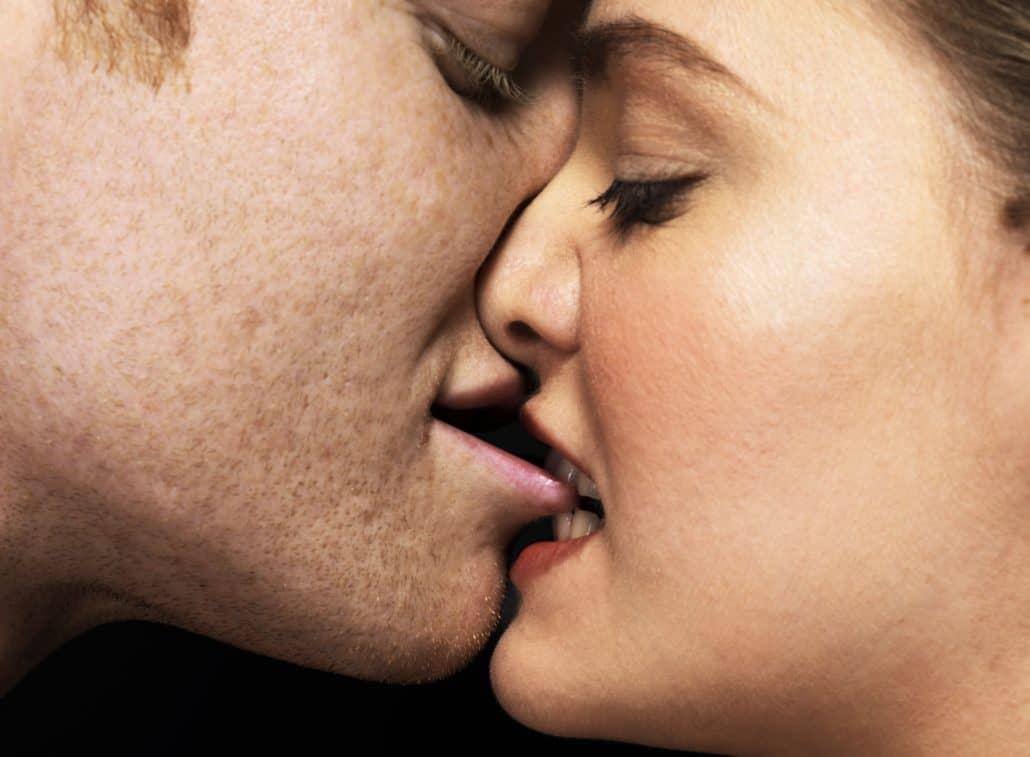 Các cao thủ chia sẻ bí quyết hôn nhau say đắm và lãng mạn